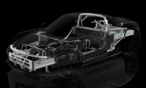 Алюминиевые передние и задние нижние рамы прикреплены к шасси из углеродистого волокна