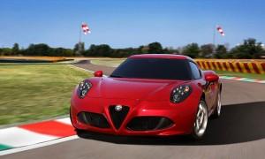 Спортивный автомобиль Alfa Romeo 4C на испытательном треке