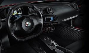 Внутренняя часть Alfa Romeo 4C не роскошна, но со вставками из углеродистого волокна и большими сидениями выглядит спортивно.