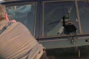 Как разбить стекло автомобиля осколком свечи зажигания