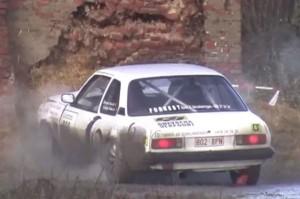 Раллийный автомобиль Opel уничтожает здание